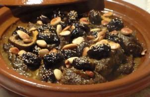 Tajine van lamsvlees met pruimen en amandelen