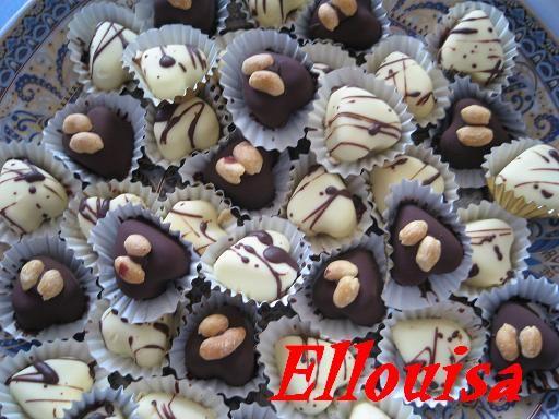 Bonbons met caramel, kokos en nogatine als vulling