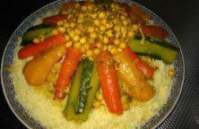 Traditionele Marokkaanse couscous met groenten en kip