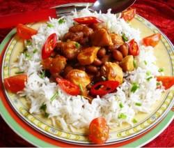 Rijst met zoet kip en bruine bonen