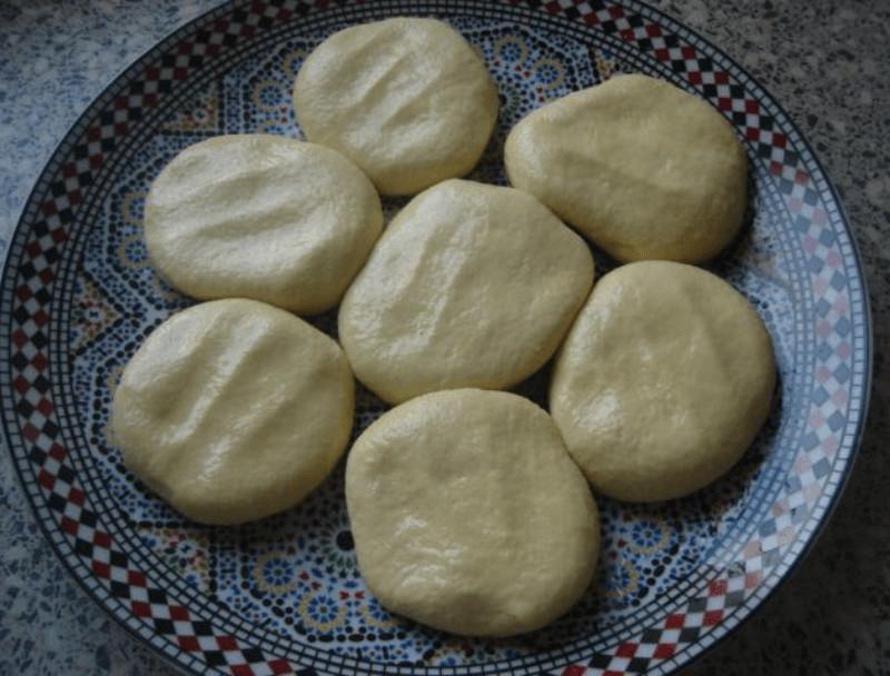 Meloui - melwi ronde msemmen van griesmeel met bereidingsfoto's 1