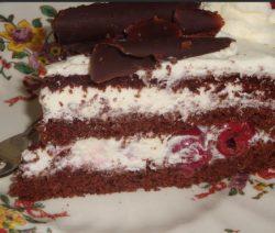 Schwarzwalder kirschtorte taart van chocoladebiscuitdeeg met kersen