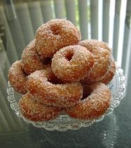 Donuts besmeerd met honing en bestrooid met kokos