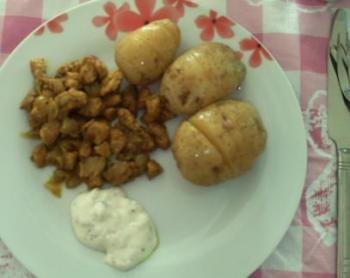 Gepofte knoflookaardappels met kip masala