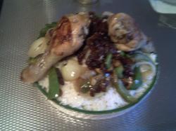 Rijst met kip rozijnen en groenten
