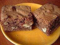 Chocoladebrownies met noten en rozijnen