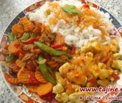 Kip met basmati-rijst en wokgroenten in zoetzure saus