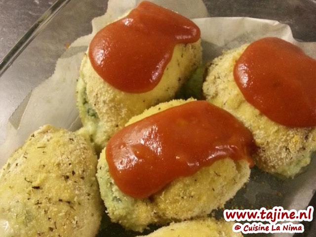 Na 25 min doe je, je tomatensausje er over heen en mozzarella als je wil er op en zet het weer voor ongeveer 10 min in de oven tot de mozzarella is gesmolten.