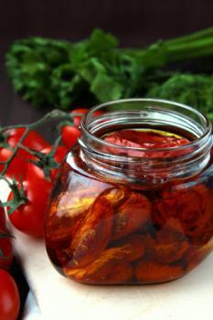 Olijfolie met zongedroogde tomaten