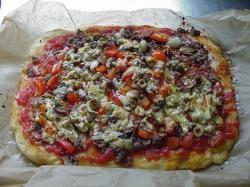 Pizza met gehakt en groenten