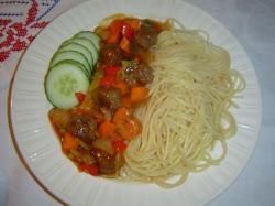 Spaghetti met pittige gehaktballetjes en zoetzure groenten
