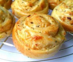 Kaasuibroodjes met vers geraspte kaas smaken en ruiken heerlijk