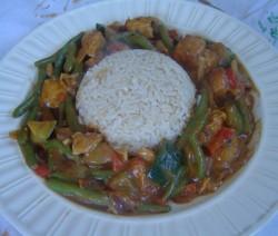 Rijst met kip en groenten in satésaus