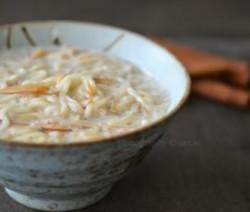 Vermicelli in melkVermicelli beetje bakken in koekenpanWater koken met suikerVermicelli koken in water met suikerVermicelli bij de melk voegen