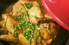 Kiptajine met aardappels en doperwten