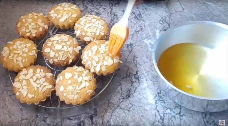 Kleine vanille Basbousat's lekker zacht en snel te maken met siroop insmeren