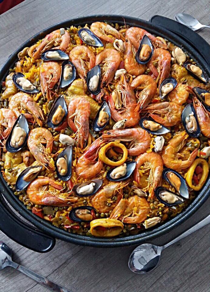 Het Paella recept van kip gamba's en zeevruchten