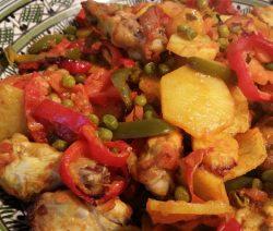Marokkaanse kipovenschotel met groenten in bord