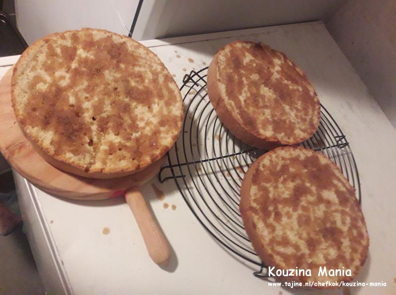 Cappuccino biscuit met boterroom vulling en chocolade topping bescuit Besprenkel met suikerwater