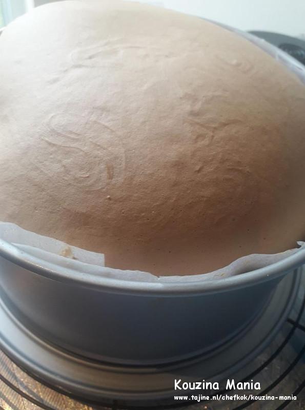 Cappuccino biscuit met boterroom vulling en chocolade topping bescuit uit oven