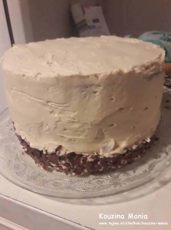 Cappuccino biscuit met boterroom vulling en chocolade topping smeren en vullen