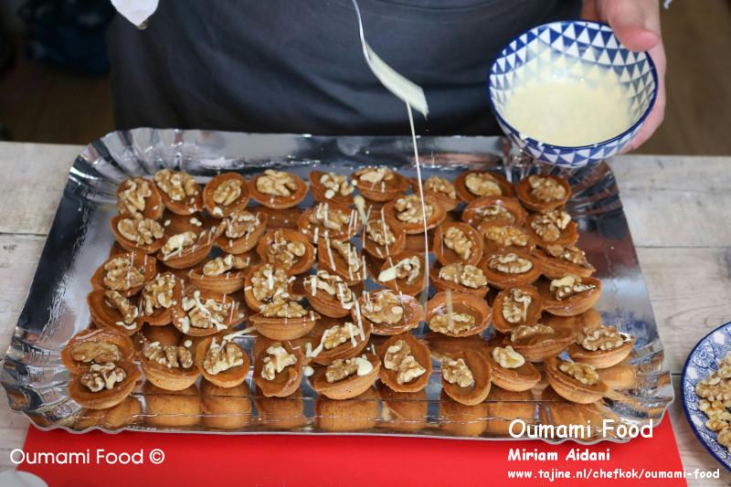 Lang houdbare walnootkoekjes koekjes cversieren met gesmolten chocolade