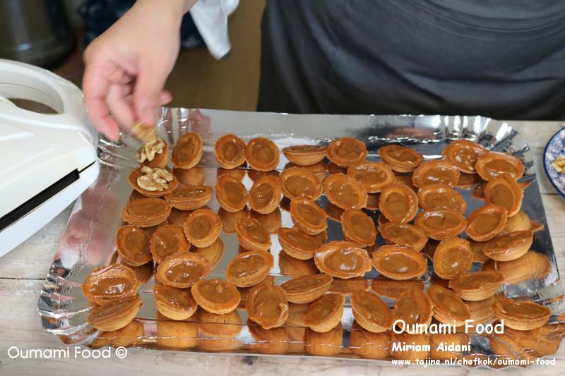 Lang houdbare walnootkoekjes koekjes vullen met karamelpasta en walnoot