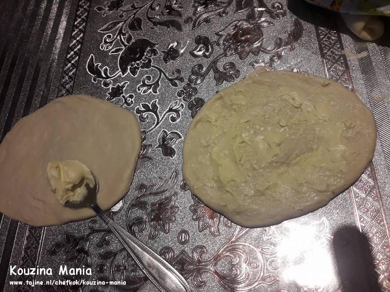 Thuis gemaakte zachte bagels met sesam besmeren met boter