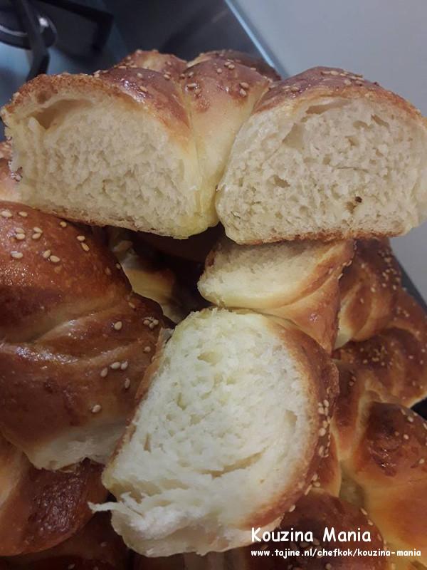 Thuis gemaakte zachte bagels met sesam binnenkant