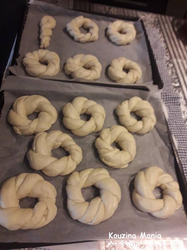 Thuis gemaakte zachte bagels met sesam uit midden rekken