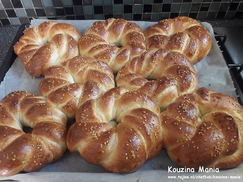 Thuis gemaakte zachte bagels met sesam uit oven