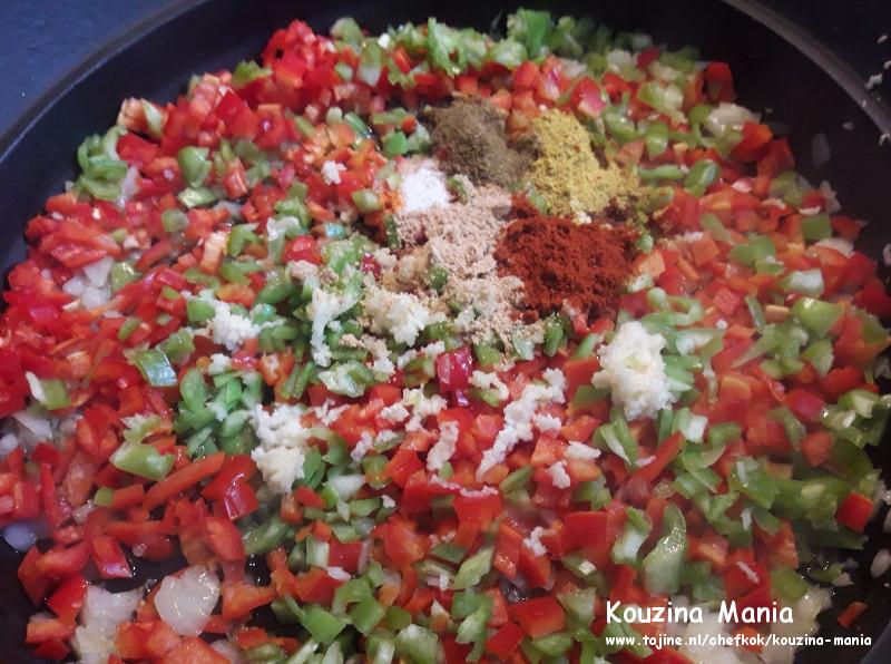 tomaten kruiden tomatenpuree boullionblok in een tajine stoven