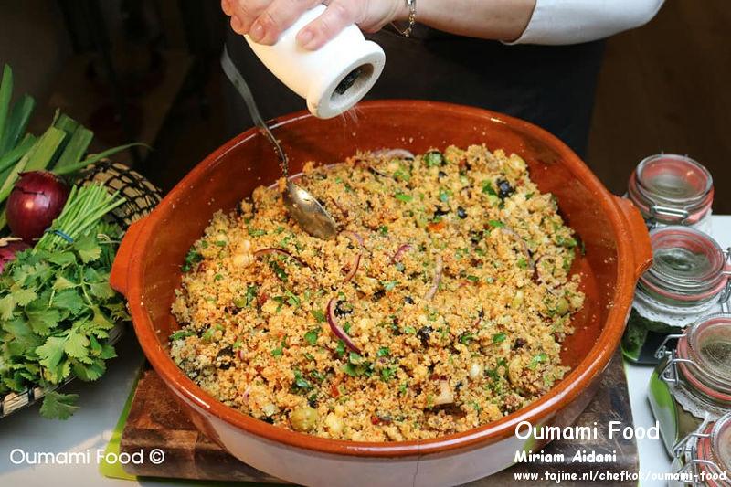 Couscous salade mengen op smaak maken met zout