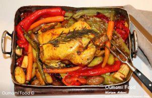 Een verrassende met rijst gevulde kip en groenten-ovenschotel