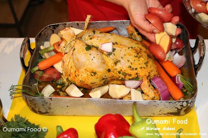 Een verrassende met rijst gevulde kip en groenten-ovenschotel groenten om de kip