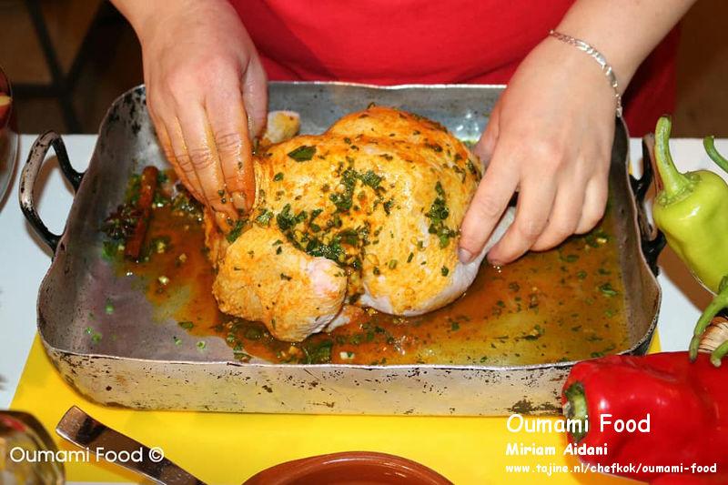 Een verrassende met rijst gevulde kip en groenten-ovenschotel kip marineren