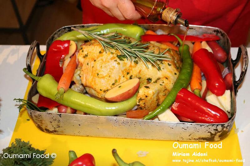 Een verrassende met rijst gevulde kip en groenten-ovenschotel olie en groenten toevoegen