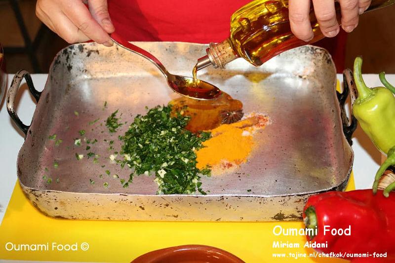Een verrassende met rijst gevulde kip en groenten-ovenschotel olie kruiden en koriander