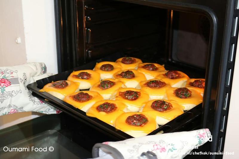 Gehaktbroodjes met pesto en cheddarkaas bakken