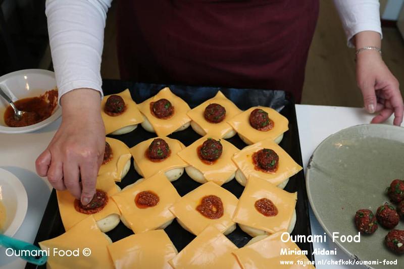 Gehaktbroodjes met pesto en cheddarkaas gehakt drukken in het midden