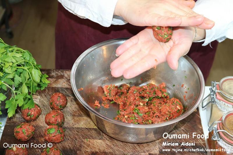 Gehaktbroodjes met pesto en cheddarkaas gehaktballetjes maken