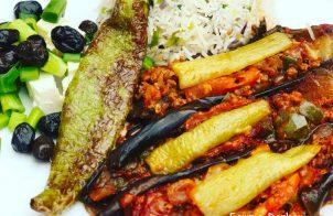 Gevulde aubergine en rijst met prei en ui