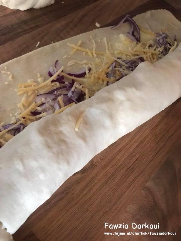 Kaas-uien broodjes rollen in deeg