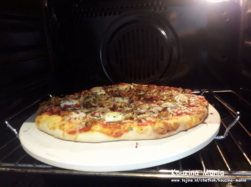 Pizza met paprika en mozzarella in de oven